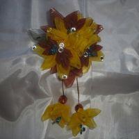 Красивые и нарядные украшения для маленьких леди. Красивые цветы канзаши, смотрятся празднично и могут подойти к любому наряду. Каждый заказ обсуждается индивидуально и выполняется в максимально короткие сроки. Цветок сделан на резинке, по индивидуальному желанию можно сделать под, обруч, гребешок, заколку крокодил и т.д. Размер 10х18см. Длина висюлек 8см.
