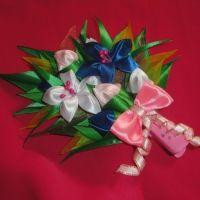 Красивые и нарядные украшения для маленьких леди. Красивые цветы канзаши, смотрятся празднично и могут подойти к любому наряду. Каждый заказ обсуждается индивидуально и выполняется в максимально короткие сроки. Цветок сделан на заколке-стрела, по индивидуальному желанию можно сделать под резинку, обруч. Размер 17х14см.
