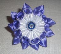 Красивые и нарядные украшения для маленьких леди. Красивые цветы канзаши, смотрятся празднично и могут подойти к любому наряду. Каждый заказ обсуждается индивидуально и выполняется в максимально короткие сроки. Цвет может быть любой по желанию (по возможности, в зависимости от наличия цвета лент). Отделка цветка (середина) может отличаться от фото. Цветок сделан на резинке, по индивидуальному желанию можно сделать под обруч, заколку-крокодил. Диаметр цветка 6см.