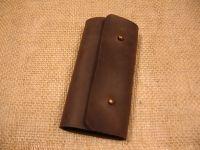 Лаконічна шкіряна ключниця. Для шанувальників мінімалізму.  Якісна шкіра ′Крейзі Хорс′. Тільки ручна робота.  Кількість карабінів: 6  Застібка: кобурний гвинт - 2 шт  Розмір: закрита - 7 см х 13,5 см, відкрита - 19,5 см х 13,5 см  Колір: коричневий (можливі кольори: коричневий, оливковий, коньячний)