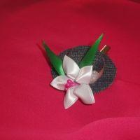 Красивые и нарядные украшения для маленьких леди. Красивые цветы канзаши, смотрятся празднично и могут подойти к любому наряду. Каждый заказ обсуждается индивидуально и выполняется в максимально короткие сроки. Шляпка сделана на заколке-крокодил, по индивидуальному желанию можно сделать под резинку, обруч. Размер 6см (диаметр).