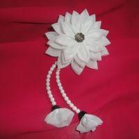 Красивые и нарядные украшения для маленьких леди. Красивые цветы канзаши, смотрятся празднично и могут подойти к любому наряду. Каждый заказ обсуждается индивидуально и выполняется в максимально короткие сроки. Цветок сделан на резинке, по индивидуальному желанию можно сделать под, обруч, гребешок, заколку крокодил. Размер 9х19см. Длина висюлек (сделаны из бусин) 10см.