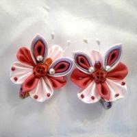 Красивые и нарядные украшения для маленьких леди. Красивые цветы канзаши, смотрятся празднично и могут подойти к любому наряду. Каждый заказ обсуждается индивидуально и выполняется в максимально короткие сроки. Отделка (середина) может отличаться от фото. Бабочки сделаны на заколке-клик, по индивидуальному желанию можно сделать под резинку, заколку-крокодил. Диаметр 6см.