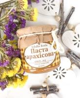 Склад: арахіс смажений, мед.  Арахісова паста ідеально смакує з хлібцями з бананом чи персиком, можна додавати до овсяної каші, можна використовувати в випічці Круасанів наприклад.   Має натуральний арахісовий смак, легко намазується на хліб.  Без консервантів, тому готується безпосередньо перед відправкою.  Можна формувати подарункові набори, корпоративні замовлення із арахісової пасти, джему, вітамінної банки та трав