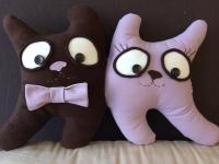 """Авторская интерьерная подушка """"Коты- Парочка"""" - отличный подарок любимому человеку, на годовщину свадьбы или тому, кто ищет свою половинку.  Из флиса молочного цвета и коттона в полоску. Наполнитель - холлофайбер. Может быть выполнена в других цветовых сочетаниях.  Размер: 45 см * 30 см"""