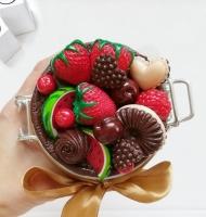 Скляна баночка з кришечкою, яка герметично закривається і декорована різноманітними смаколиками, полуницею, дольками кавуна, вишиньками, печивом та цукерками. Всі елементи покриті глянцевим лаком, та вся композиція кріпиться до кришки на епоксидну смолу. ОБ