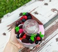 МАТЕРІАЛИ: скляна баночка з кришечкою, яка герметично закривається і декорована різноманітними смаколиками, полуницею, вишиньками, печивом та цукерками. Всі елементи покриті глянцевим лаком, та вся композиція кріпиться до кришки на епоксидну смолу.  ОБ′ЄМ баночки 500 мл. та висота 11 см. ЦІНА: 340 грн.