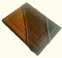 Елегантний шкіряний блокнот - чудовий подарунок дорогій людині, другу або начальнику, будь то жінка або чоловік. Унікальна річ зроблена з натуральних матеріалів вручну. Що надає блокноту неповторність та унікальність.  Шкіряний блокнот містить усередині до 10 блоків, загальною місткістю 150-180 сторінок. Такого обсягу вистачить надовго.  При виготовленні блокнота використана крафтового коричнева, чорна, біла або іншого кольору папір щільністю 80 гр / м кв. Для блокнотів з чорним папером додається білий маркер.  Блокнот зроблений вручну таким же способом як і звичайна книга.   Листи пришиті палітуркою. Вони надійно кріпляться до обкладинки. Обкладинка декорується різноманітними елементами для створення неповторної ідеї на будь-який смак. Шкіра також може бути як м