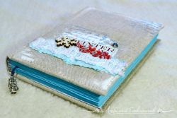 """Небольшой уютный блокнот зимне-новогодней тематики.  Смягченная обложка, обтянутая натуральным льном. Корешок жесткий. на обложке - акрил, бисерная ветка и деревянная снежинка """"во льду"""".   Шитый блок на 90 листов (180 страниц). Бумага в блокноте - ручного крашения, нежно-голубого цвета, вся в """"морозных узорах"""". на многих страничках - штампы на тему зимы и Нового Года. Блок укреплен плетеным капталом.  Закладка - вощеный шнур с подвеской """"керосиновая лампа"""". Уютный блокнот для снежных записей!  Хотите больше фото? Напишите мне по e-mail, и я вышлю Вам фотографии."""