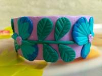 Браслет ручной работы из полимерной глины с нежными и милыми цветками - анютиными глазками. Диаметр браслета составляет 65 мм. В нем Ваш образ будет утонченным и романтичным