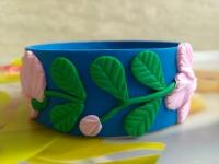 Браслет ручной работы из полимерной глины с волшебными весенними цветками - цветами магнолии. Диаметр барслета составляет 65 мм. Браслет очень элегантно и красиво смотрится на руке