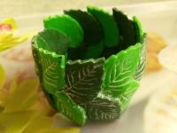 Браслет ручной работы из полимерной глины в зеленых оттенках. Листья сделаны с четкими прожилками, которые выделены белой акриловой краской. Браслет просто шикарно смотрится на руке