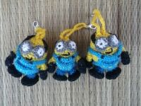 Маленькие брелки Миньоны выплнены крючком из акриловой пряжи. Цена указана за одну штуку.