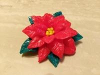 Брошка ручної роботи з полімерної глини з красивим символом Різдва - пуансетією. Діаметр квітки складає 75 мм