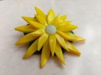Брошка ручной работы из полимерной глины на круглой металлической основе. Диаметр цветка 55 мм