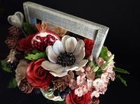 Букет цветов с гранатом в ящичке выполнен из холодного фарфора (полимерная глина). Очень сочные цвета этих, никогда не увядающих цветов, прекрасно дополнит любой интерьер, придав ему особый шарм и уют. Украсит столик, комод, прикроватную тумбочку или подоконник.  В составе букета: анемоны, розы - бежевые и красные, шишки, ягоды черники и ежевики, гранат. Этот букет выполнен на заказ и предлагается вашему вниманию, как пример.