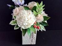 Удивительно нежный, прекрасный букет в пастельных тонах, в который вошли: пион, клематисы, розы, цветы шиповника, ягоды гиперикума, листья розы, пиона, акации, фикуса.