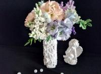 Очень уютный букет из садовых цветов: пион, роза, ирисы, сирень, фиалка, а также веточки брунии и листья фикуса, розы, сирени, фиалки.  В композиции использованы веточки малины, которые придают ей особую нотку тепла.