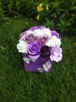Букет з мильними квітами в коробці 14 шт мильних троянд, 3 шт камелії Розмір композиції: 18 x 20 см  Квіти зроблені з високоякісної мильної основи із застосуванням безпечних ненав