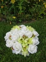 ВАС ВІТАЄ Творча майстерня ′САКУРА′! Букет з мильними квітами в коробці 11 шт мильних троянд, 9 хризантем  Розмір композиції: 18 x 20 см, висота 19 см Квіти зроблені з високоякісної мильної основи із застосуванням безпечних ненав′язливих ароматів (пружні, не кришаться,  не сипляться, з ароматом квітів), що робить їх схожими на справжні. Мило виглядає як справжні пелюстки троянд. Ніжні і ароматні.  Оригінальний подарунок рідним і близьким. Підніме настрій і нікого не залишить байдужим.  Склад: гліцерин, полівініловий спирт, біле масло, харчовий барвник, харчовий крохмаль, харчовий ароматизатор, очищена вода.  Додаткові елементи букета: Штучний флористичний декор. Мильні тільки бутони квітів. Упаковка: Кожна композиція грунтовно пакується в коробку з м′яким наповнювачем, квіти залишаються неушкодженими навіть після довгої поїздки.