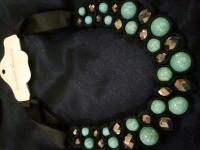 Оригинальное украшение, очень красивое, использованы натуральные камни и криссталы. Отличное дополнение к деловому стилю, к рубашке или платью с воротничком! Длину можно регулировать, Длина 48 см ширина 4см.