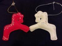 Дуже гарні коники ручної роботи, вишиті бісером з обох сторін, можна як на ялинку, можна просто в подарунок) виглядають дуже оригінально. Дивіться інші мої роботи!  Іграшки об′ємні, набиті синтепоном.