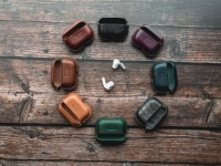 """У тебя Apple? Хочешь балдеть ещё больше?Тогда это для тебя.  Учитывая необходимость в ежедневном использовании любимых гаджетов Apple , фирма PLK Leatherpro создала коллекцию эксклюзивных чехлов. Наши изделия премиум класса собираются вручную из итальянской кожи высшего сорта """"Buttero"""". Дизайнерские решения разработаны по уникальной технологии, позволяя наслаждаться наивысшим качеством всех изделий."""
