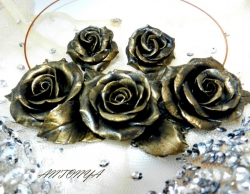 Ценв колье = 250грн, цена сережек = 130грн Стилизованные черные розы выполнены из полимерной глины и тонированы под античную бронзу Длина цветочной части колье -14 см, ширина розы в колье -4,5 см Серьги -английская застежка, металл под золото, ширина розы 3,5 см
