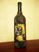 Декоративная бутылка ручной работы в технике деккпаж и объемного декора. Камешк сделаны из гороха. Декупаж выполнен декупажной картой. Бутылка может использоваться по назначению