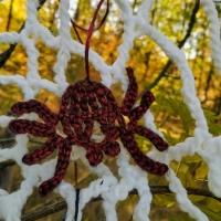 Декорація до святу Хелловін.  Павучки зв'язані гачком. Їх можна вішати на гачки, цвяшки, кнопки, лампи, люстри. Є в чорному, фіолетовому та червоному кольорах.
