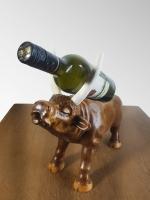 Оригінальний сувенір ′Бик′ - це не просто скульптурний виріб ручної роботи, а ще й універсальна підставка під пляшку вина, яка також може виконувати функцію шкатулки для зберігання ювелірних виробів та біжутерії. Чудовий подарунок керівнику, директору, мисливцю або просто коханій людині чи любителю тварин. Це відмінне рішення для будь-яких видів свят, будь то день народження, ювілей або річниця сімейного життя. 2021 рік - рік бика, тому даний виріб символічний як ніколи. Дерев′яна скульптура «Бик» послужить ексклюзивною прикрасою будь-якого інтер′єру, стане частиною оригінального декору, привнесе в будь-яке приміщення елемент мистецтва. Це не просто hand made, це художнє різьблення по дереву, сучасна скульптура зроблена руками професійного майстра. Виготовлено з натурального дерева (вільха). Роги, виконані з кістки рога лося. Декоративне покриття складається з морилки по дереву і меблевого синтетичного лаку. Купити унікальний якісний сувенір за розумну ціну в наш час не так просто, тому пропонуємо Вам звернути свою увагу і на інші наші роботи.