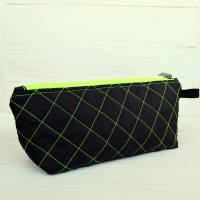 Дорожняя сумочка-косметичка, ручной работы.В неё поместятся много необходимых вещей в поездке, или можно использовать как просто косметичку.Сшита из плащевой ткани, на подкладе, простёгана. Отправалю любым удобным способом.