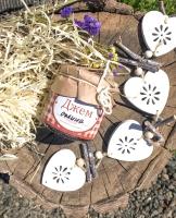 Натуральний джем із ожини. 200мл/230гр.  Склад: ожина, цукор.   Має дуже густу консистенцію, темний колір, насичений ягідний смак з кислинкою. Ідеально підходить до млинців, оладків, панкейків, запіканок, використовується в випічці. Можна з нього робити пастилу.  Можна формувати подарункові набори з різних видів джему або різноманітнити набір арахісовою пастою, трав