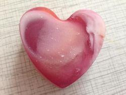 Галактическое сердечко  с ароматами карамели и апельсина вес - 60 г, неровное донышко мыльная основа обогащена миндальным маслом. Масло миндальное содержит витамин Е, который помогает замедлить старение и устранить воспаления на коже, а также прекрасно впитывается, регулирует водный обмен, способствует регенерации. В домашнее мыло масло сладкого миндаля добавляют, чтобы получить продукт для ухода за проблемной и лишенной эластичности и упругости кожей.