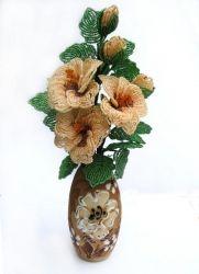 """Цветки гибискуса называют """"цветком любви"""" или """"цветком прекрасных женщин"""". Букет выполнен из бисера и закреплен в керамической вазе высота 30 см"""