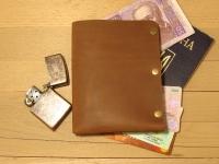 Це реально крутий гаманець для паспорта. Якщо Вам потрібен не просто аксесуар, а дійсно стильна і оригінальна річ… не просто обкладинка для паспорта і гаманець, а ексклюзив… тоді - «Будь Крутим». Зроблений повністю вручну. Якісна шкіра. 100% задоволення гарантовано.  ХАРАКТЕРИСТИКИ Можна помістити 1 (за потреби 2) паспорт Можна вмістити 4-8 карток Декілька купюр Вміщується в кармані джинсів Повністю ручна робота Якісна шкіра «Crazy Horse»  КОЛІР Коньячний (можливі кольори: коричневий, оливковий, коньячний)  РОЗМІР 133мм х 105мм у складеному стані.