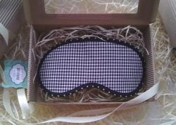Эксклюзивные маски для сна ручной работы. Четыре слоя для полного эффекта «выключенного света» (материал к лицу – хлопчатобумажный трикотаж; в середине – синтепон и флизелин; материал верха – хлопок). Плюс удобный наносник и комфортная резинка, которая подойдет на любую голову.  + бонус (подарочная упаковка: коробка из гофрированного картона +декоративная соломка внутри+ленточка).