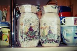 Банка стеклянная для кофе изготовлена в технике Декупаж. Станет оригинальным подарком для хозяюшек. Также подходит для сахара, сушенных фруктов, чаев, цветов.  Масса нетто: 190г. Возможны изделия на заказ индивидуально под интерьер кухни.