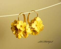 Маленький букетик желтых цветочков с крошечными золотистыми серединками. Серьги - длиной от швензы 4 см Использовались материалы - запекаемая полимерная глина, бисер,фурнитура золотистого цвета.