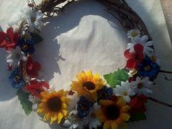 Венок сплетён с виноградной лозы украшен искуственными цветами