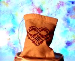 Мешочек из мягкого фетра светлого тона, ручной работы с выполнением вышивки и обшиванием бисера.
