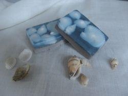 Мыло ручной работы «Море» с голубой глиной Мыло отлично подойдет для ухода за жирной кожей лица с угревой сыпью. Голубая глина замечательно очищает, отбеливает кожу, убирая жирный блеск. Способствует сужению пор и удалению черных точек, насыщая при этом полезными микроэлементами и минеральными солями. Белая глина, которая, также, входит в состав мыла, снимает раздражение и улучшает регенерацию клеток кожи. Благодаря ламинарии выравнивается цвет кожи, исчезают пигментные пятна. Кроме этого, в составе мыла присутствует масло абрикосовых косточек и касторовое масло, которое поможет значительно улучшить состояние проблемной кожи. Эти добавки деликатно смягчают, увлажняют и насыщают витаминами С, А, В и Е. Состав: основа для мыла (Англия), глина голубая кембрийская, глина белая крымская, ламинария, масло абрикосовых косточек, касторовое масло, кокосовое масло, пальмовое масло, глицерин, пигментный краситель, аромат «Лаванда» (Франция).