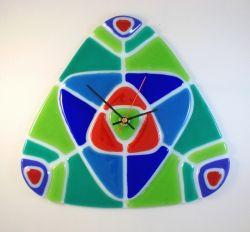 Годинник настінний, виготовленний із кольорового скла в техниці спікання фьюзінг. Розмір роботи 33х31 см. Цей годинник може бути оригінальним подарунком та акцентом до вашого інтер`єру. Оригінальна форма та яскравий колір додадуть Вам гарного настрою.