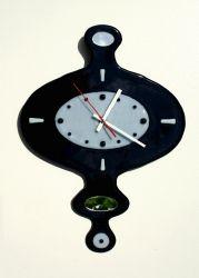 Часы оригинальные, выполнены из цветного легкоплавкого стекла и кусочков зеркал. Техника исполнения фьюзинг.