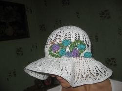Летняя шляпа с полями ,выполнена из хлопка с вискозой ,украшена нежным букетиком,летом замечательно защитит от солнышка.