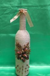 За основу взята бутылка с вином бутылка оплетена бечевкой, покрыта лаком. На основу можно нанести любые украшения с необходимой Вам тематикой.