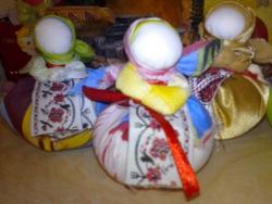 Куколка бережет домашний очаг, хранит семью и благополучие, приносит и сохраняет достаток (внутри куколки денежка).  Дарят на Новый Год и на любом новом жизненном этапе, как надежную помощницу.