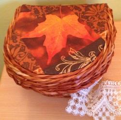 Шкатулка выполнена в технике плетения из бумажной лозы. Покрашена морилкой и покрыта лаком на водной основе, что делает изделие очень прочным и безопасным в использовании. Не имеет будь каких неприятных запахов. Украшение декупаж.