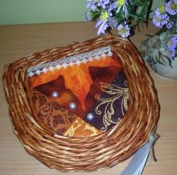 Шкатулка выполнена в технике плетения из бумажной лозы. Покрашена морилкой и покрыта лаком на водной основе, что придает изделию прочность. Украшение декупаж, кружево, бусины.
