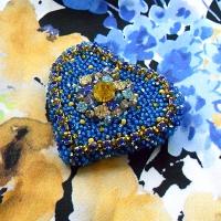 Брошь в виде сердца вышита в ярких цветах украинского флага. Холодный блеск аквамаринового и лимонного оттенков страз и хрустальных бусин придают этому украшению ювелирный вид. Особенно красиво эта брошь смотрится на солнечном свете, пуская разноцветные зайчики на всех окружающих. Размер: 5,5 х 5 см. Цвет: ярко-голубой, синий, аквамариновый, желтый, лимонный. Материалы: стразы хрустальные, стразовая цепочка, бисер стеклянный Preciosa, хрустальные бусины (Китай), фетр. Техника: вышивка бисером, бусинами и стразами по фетру. Изделие нужно хранить в защищенном от пыли месте - в шкатулке, ящичке для бижутерии, в тканевом мешочке, в плоском виде, чтобы оно не деформировалось. Избегайте попадания влаги, косметики, духов. Изделие можно чистить с помощью пылесоса (на очень низкой мощности), ватными подушечками, салфеткой для стекла (очков), мягкой кистью, пером, тканью (всем, что приятно Вам на ощупь).
